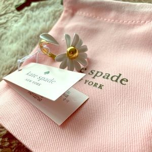 Kate Spade ADORABLE daisy ring, 6 but adjustable!